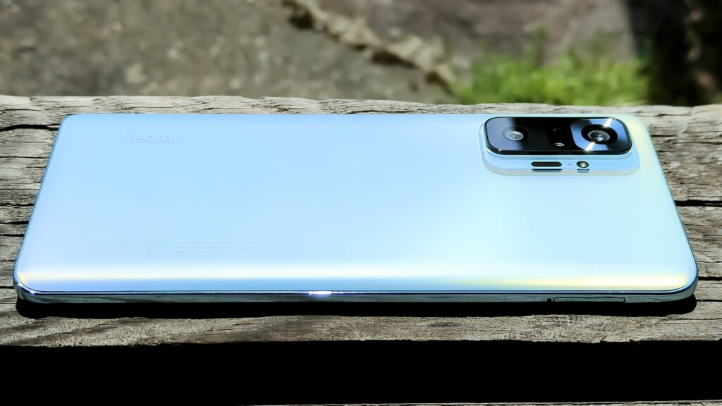 木の板の上に置かれたスマートフォン