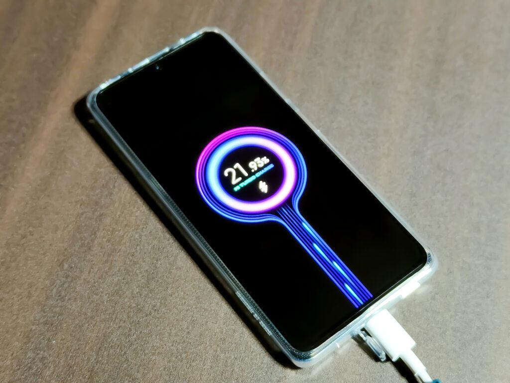 充電中のスマートフォン