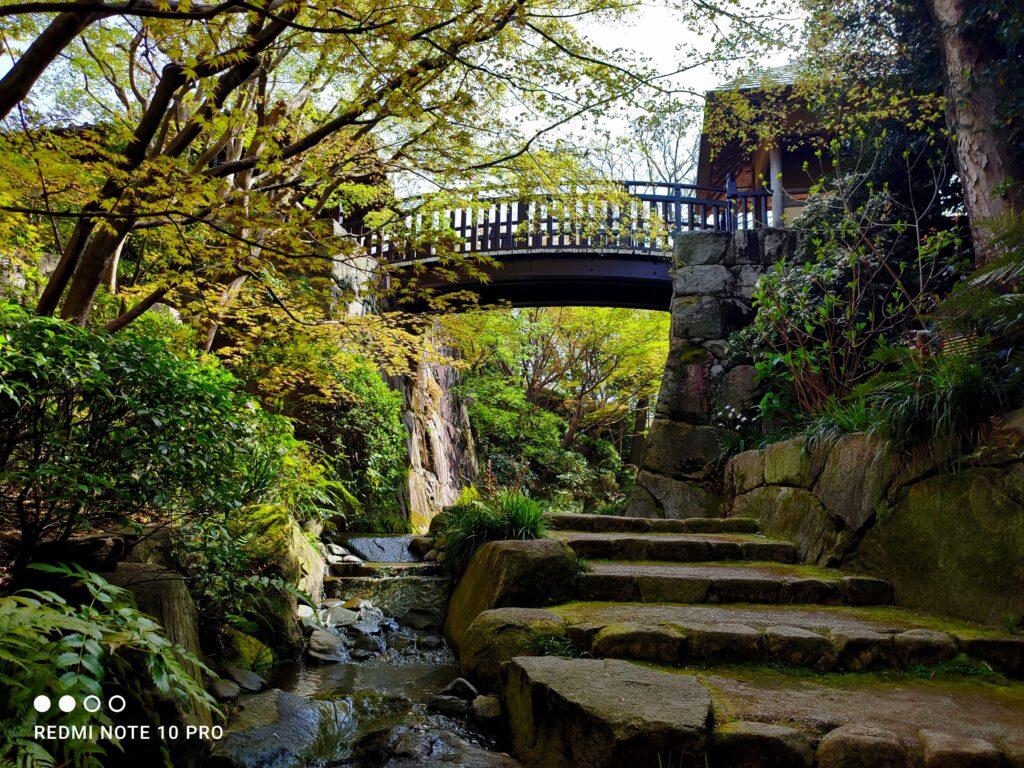 日本風の石畳の通路と橋